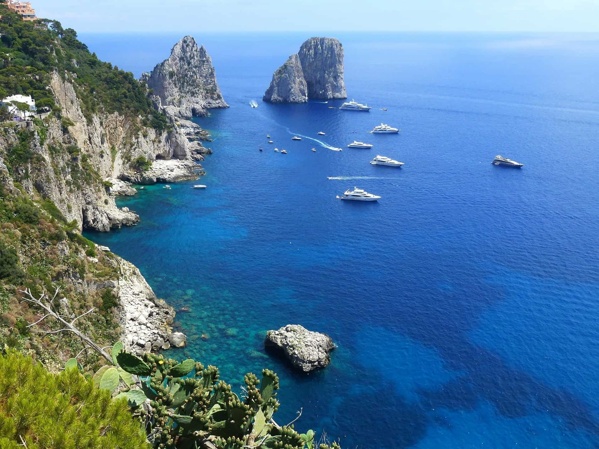 Hidden gems in Italy - blue water and cliffs in Capri